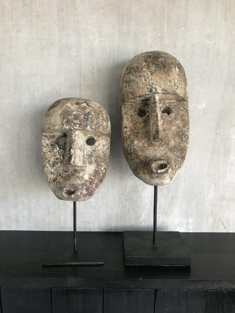 houten maskers op standaard