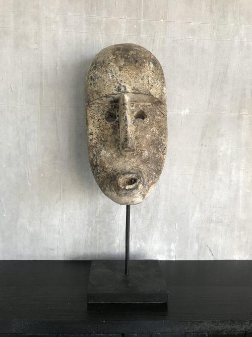 Medium houten masker op standaard