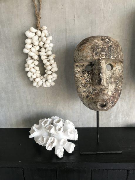 Houten papua masker op standaard