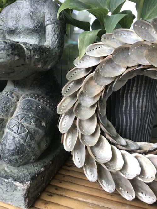 schelpenkrans met parelmoerkleurige schelpen