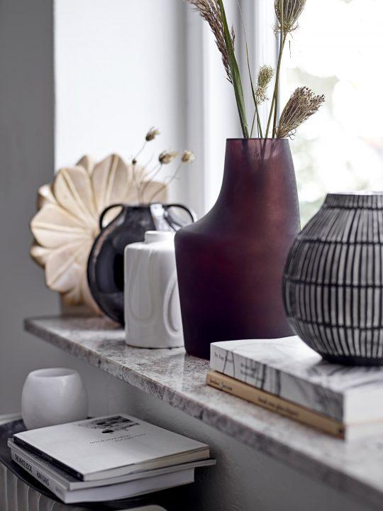 zwarte vaas met witte streepjes