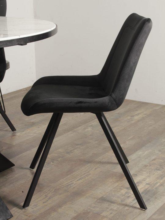 zwarte velvet stoelen eetkamer
